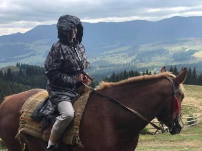 Марія Яремчук похизувалася відпочинком у Верховині: гриби між ніг та кінь-красень