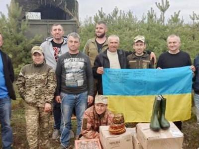 Прикарпатські волонтери будують на Донбасі каплички у гуцульському стилі